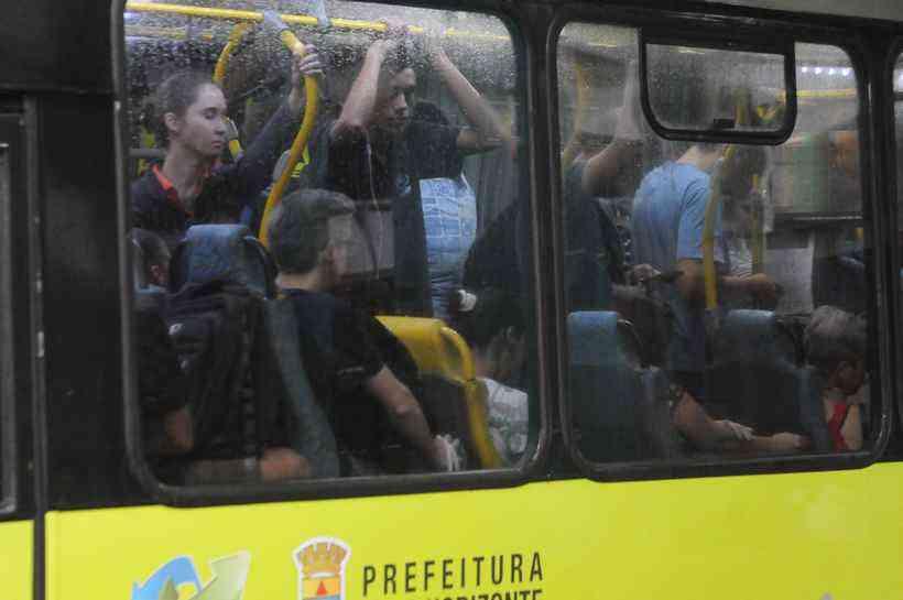 isolamento social faz cair número de passageiros de ônibus em BH