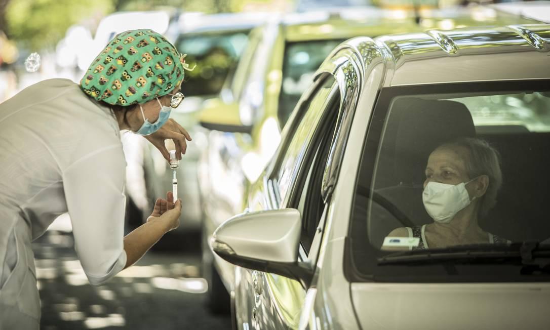 vacinação no rj profissionais de saúde com mais de 50 anos serão imunizados